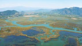 Vue supérieure aérienne de Dalyan, Turquie La rivière qui coule dans l'égéen et le méditerranéen banque de vidéos