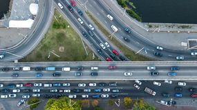 Vue supérieure aérienne de l'embouteillage d'automobile de route de pont de beaucoup de voitures d'en haut, transport de ville photo libre de droits