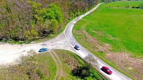 Vue supérieure aérienne de route près de la forêt et du pré Scène rurale de campagne et de terre d'agriculture Voitures sur banque de vidéos
