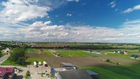 Vue supérieure aérienne de secteur de campagne avec des paysages stupéfiants et des champs fructueux 4K banque de vidéos