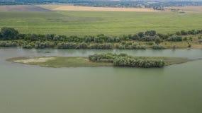 Vue supérieure aérienne des arbres de vert d'été et des routes, rivière, Russie photos libres de droits