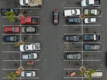 Vue supérieure aérienne du stationnement avec des variétés de véhicules colorés image libre de droits