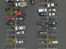 Vue supérieure aérienne du stationnement avec des variétés de véhicules colorés photo libre de droits