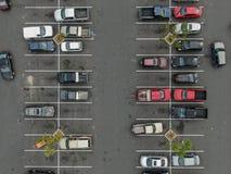 Vue supérieure aérienne du stationnement avec des variétés de véhicules colorés photos stock