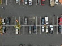 Vue supérieure aérienne du stationnement avec des variétés de véhicules colorés photos libres de droits