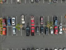 Vue supérieure aérienne du stationnement avec des variétés de véhicules colorés photographie stock