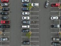 Vue supérieure aérienne du stationnement avec des variétés de véhicules colorés photographie stock libre de droits