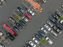 Vue supérieure aérienne du stationnement avec des variétés de véhicules colorés images libres de droits