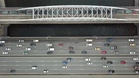 Vue supérieure aérienne du trafic sur un pont en voiture et en train clips vidéos