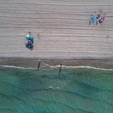 Vue supérieure aérienne sur la plage de Manga de La Parapluies, traces sur le sable et mer Méditerranée de turquoise photographie stock
