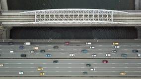 Vue supérieure aérienne sur la route et le pont avec le trafic de voitures et le train mobile banque de vidéos