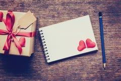 Vue supérieure au-dessus de boîte-cadeau et coeur de ruban et rouge rouge avec la note Images stock
