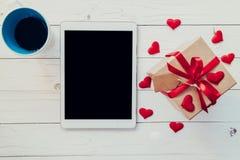 Vue supérieure au-dessus de boîte-cadeau et coeur de ruban et rouge rouge avec le coff Photos libres de droits
