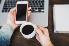 Vue supérieure au-dessus de la table d'une jeune fille qui pendant le matin boit du café à la table avec une tasse de café, d'un  Images libres de droits
