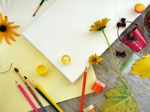 Vue supérieure, automne, installation d'été sur une toile blanche des matériaux d'art, fleurs fraîches et fruits, fond clair images libres de droits