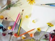 Vue supérieure, automne, installation d'été sur une toile blanche des matériaux d'art, fleurs fraîches et fruits, fond clair image libre de droits