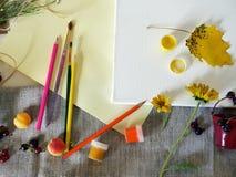 Vue supérieure, automne, installation d'été sur une toile blanche des matériaux d'art, fleurs fraîches et fruits, fond clair photos stock