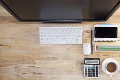 Vue supérieure avec la table en bois, ordinateur avec le clavier, note de papier, penc Images stock
