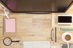 Vue supérieure avec la table en bois, ordinateur avec le clavier, note de papier, penc Photo libre de droits