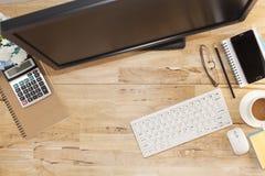Vue supérieure avec la table en bois, ordinateur avec le clavier, note de papier, penc Photos stock