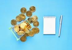 Vue supérieure, or Bitcoin placé dans un petit caddie Des concepts de devise de Digital peuvent être employés pour faire les acha Photographie stock