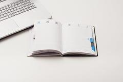 Vue supérieure blanche de bureau ou d'espace de travail avec l'espace de copie Photos stock