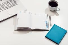 Vue supérieure blanche de bureau ou d'espace de travail avec l'espace de copie Photographie stock libre de droits