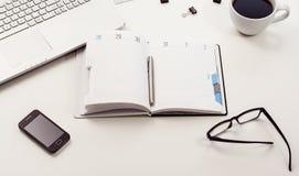 Vue supérieure blanche de bureau ou d'espace de travail avec l'espace de copie Image stock