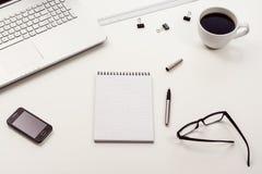 Vue supérieure blanche de bureau ou d'espace de travail avec l'espace de copie Photo libre de droits