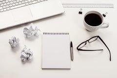 Vue supérieure blanche de bureau ou d'espace de travail avec l'espace de copie Image libre de droits