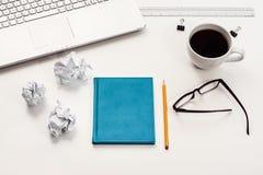 Vue supérieure blanche de bureau ou d'espace de travail avec l'espace de copie Photo stock