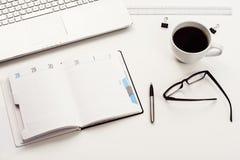 Vue supérieure blanche de bureau ou d'espace de travail avec l'espace de copie Images stock