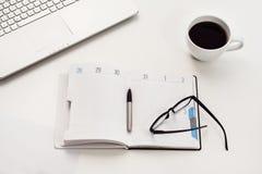 Vue supérieure blanche de bureau ou d'espace de travail avec l'espace de copie Images libres de droits