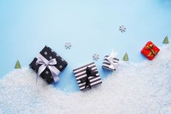Vue supérieure Boîte-cadeau avec la neige sur un fond bleu Image libre de droits