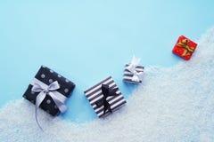 Vue supérieure Boîte-cadeau avec la neige sur un fond bleu Image stock