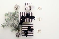 Vue supérieure Boîte-cadeau noirs et blancs sur un fond blanc Photos stock