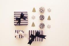 Vue supérieure Boîte-cadeau noirs et blancs sur un fond blanc Image stock