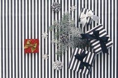 Vue supérieure Boîte-cadeau noirs et blancs sur un fond rayé Images stock