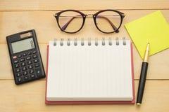 Vue supérieure carnet vide, calculatrice, note de pust-service informatique, verres, et photo libre de droits