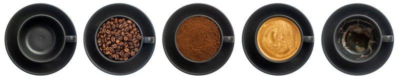 Vue supérieure cinq tasses de différentes étapes de préparer le cappuccino d'isolement sur le fond blanc photographie stock libre de droits