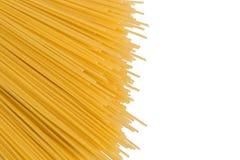 Vue supérieure, configuration plate Spaghetti jaunes crus d'isolement sur le fond blanc Les spaghetti ont présenté diagonalement  photo libre de droits