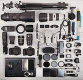 Vue supérieure d'équipement complet de professionnel de photographe photographie stock