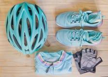 Vue supérieure d'équipement de sport dans la couleur en pastel par le téléphone portable Photo stock