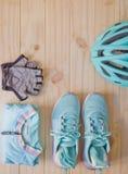 Vue supérieure d'équipement de sport dans la couleur en pastel sur le fond en bois Image libre de droits