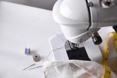 Vue supérieure d'accessoires de machine à coudre Photos libres de droits