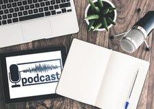 Vue supérieure d'appareil d'enregistrement podcast sur le bureau en bois avec le logo podcast sur l'écran de comprimé images libres de droits