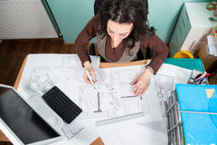 Vue supérieure d'architecte travaillant à son bureau Photos libres de droits