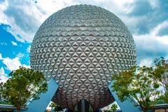 Vue sup?rieure d'attraction de la terre de vaisseau spatial de sph?re sur le fond de ciel nuageux chez Epcot en Walt Disney World photographie stock libre de droits