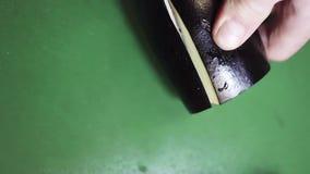 Vue supérieure d'aubergine obtenant découpée en tranches avec le grand couteau pointu sur la table de cuisine verte banque de vidéos