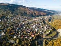 Vue supérieure d'automne aérien du village carpathien au jour ensoleillé images stock